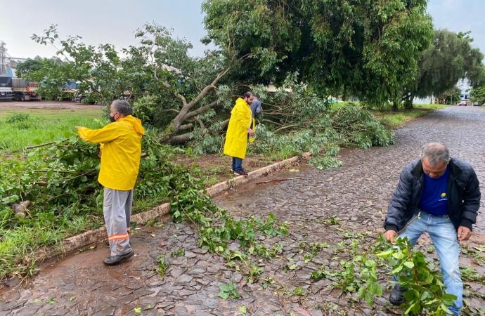Prefeitura de Guaíra trabalha para limpeza das vias públicas após temporal