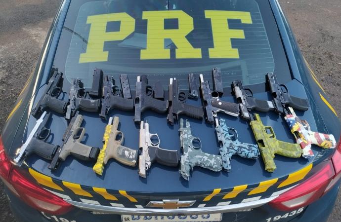 PRF apreende arsenal de 16 pistolas e 20 carregadores ocultos no tanque de combustível de um carro em Céu Azul