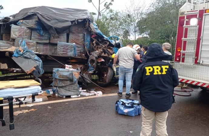 PRF apreende cigarros contrabandeados em caminhão envolvido num acidente na BR-272