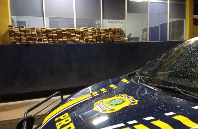 PRF apreende maconha transportada em veículo roubado