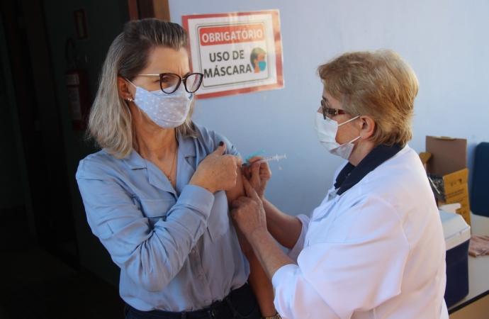 Profissionais da Educação de Serranópolis começam a receber imunização contra a Covid-19