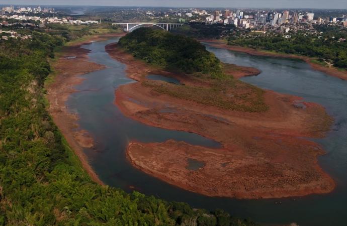 Rio Paraná atinge menor nível em 37 anos e previsão é que julho supere pior índice da história