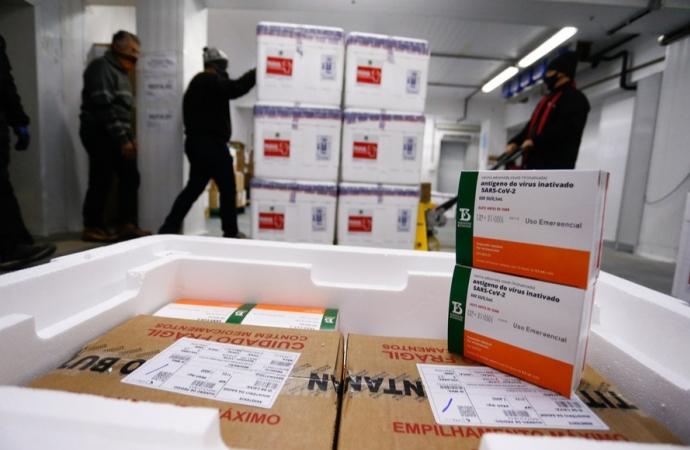 Saúde recebe mais doses e Paraná começa a distribuir 377,5 mil vacinas nesta quarta