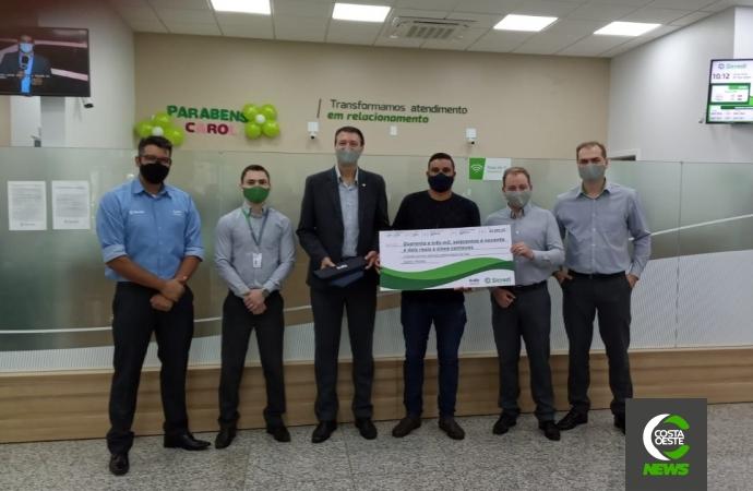 Sicredi entrega prêmio do Seguro de Vida a associado de Guaíra