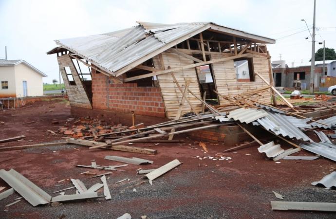 Temporal causa estragos e postes de transmissão de energia caem em Itaipulândia