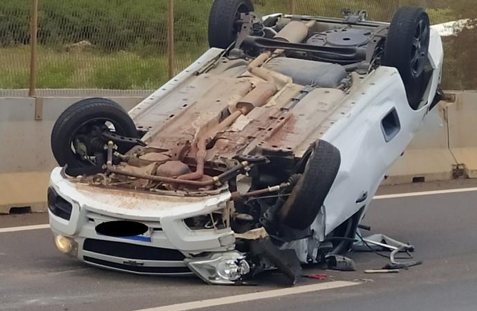 Veículo capota após colisão na BR-277 em Matelândia