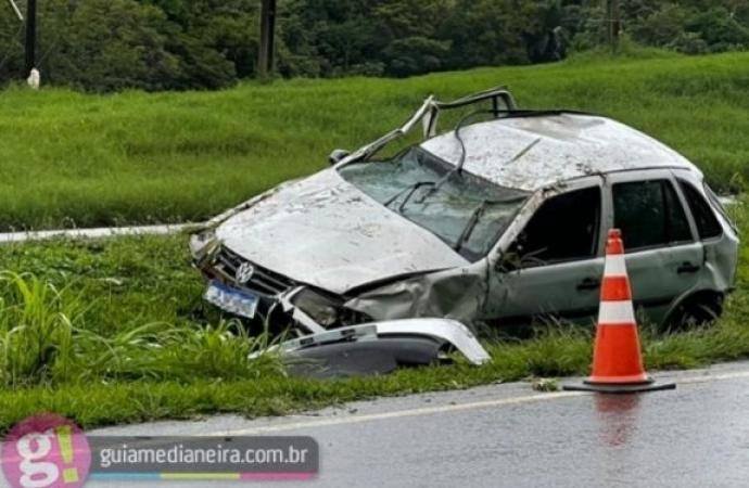 Veículo com placas de São Miguel do Iguaçu sai da pista e capota na BR 277