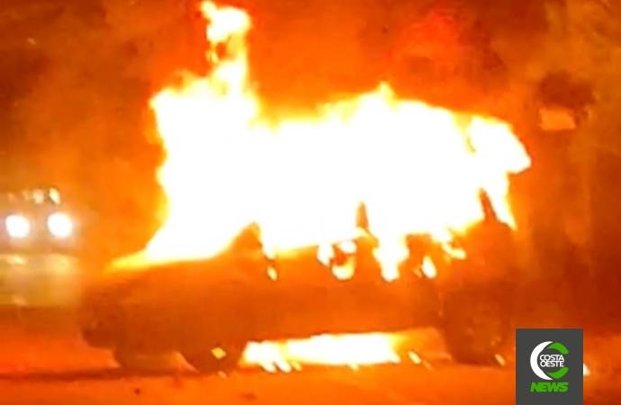 Veículo é destruído pelo fogo em São Miguel do Iguaçu