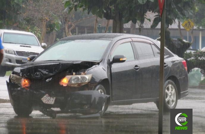 Veículos colidem no cruzamento das avenidas Curitiba e Paraná em Santa Helena