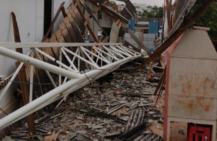 Ventos fortes derrubam guindaste de obra no centro de Medianeira