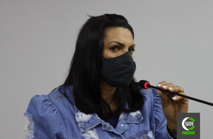 """Vereadora pede que prefeito """"saia da casa de vidros"""" e visite o município"""
