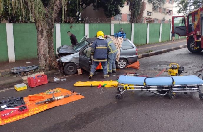 Vítima fica presa às ferragens em acidente na região central de Foz do Iguaçu