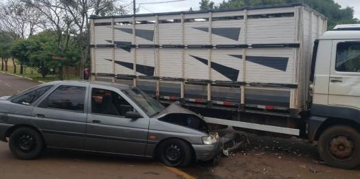 Acidente envolve carro e caminhão em Sub-Sede, distrito de Santa Helena