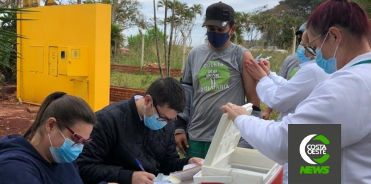 Agentes ambientais de Santa Helena recebem a primeira dose da vacina contra a Covid-19