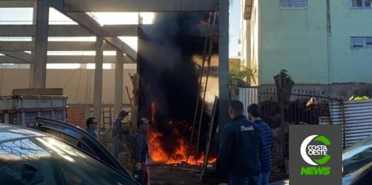 Bombeiros combatem incêndio em obra no centro de Medianeira