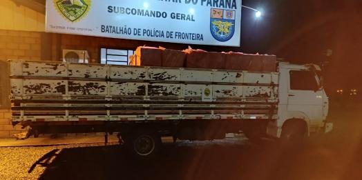 BPFRON apreende caminhão carregado com cigarros contrabandeados durante Operação Hórus em Entre Rios do Oeste