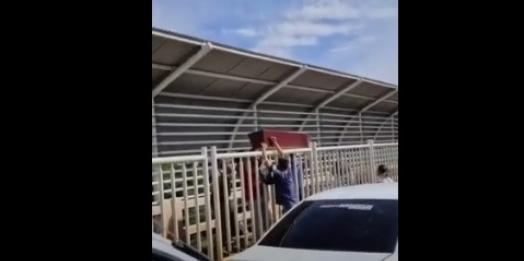 Caixão é carregado pela passarela Ponte da Amizade