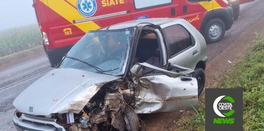 Caminhão e carro se envolvem em grave acidente na PR-497