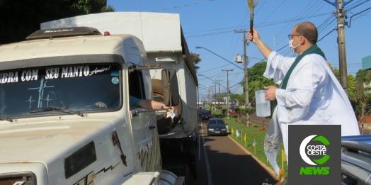 Centenas de veículos são abençoados em Santa Helena; pároco agradece presença