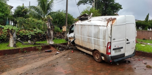 Condutor de Van perde o controle e colide veículo em poste no interior de Santa Helena