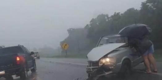 Duas carretas e uma Pampa se envolvem em acidente na BR-277, próximo ao trevo de Vera Cruz do Oeste
