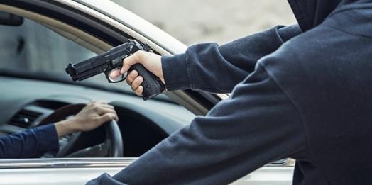 Dupla armada rende motorista e rouba veículo em Guaíra