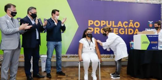 Enfermeira de 44 anos é a primeira vacinada contra Covid-19 no Paraná