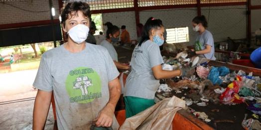 """""""Está vindo muito resíduo misturado"""", afirma Agente Ambiental de Santa Helena"""