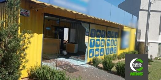 Ex-funcionário não aceita demissão e entra com veículo dentro de loja em Medianeira; vídeo