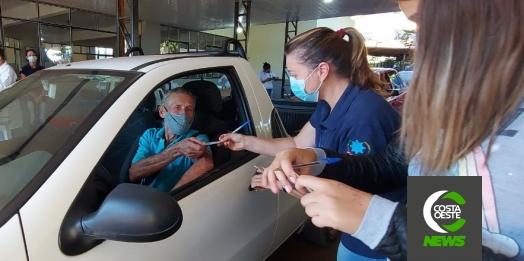 Idoso comemora ao tomar segunda dose da vacina contra a covid-19 em São Miguel do Iguaçu