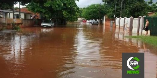 Moradores de Guaíra registram ruas alagadas pela chuva