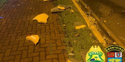 Motorista bate veículo em sinalização em frente ao BPFRON e acaba detido em Guaíra