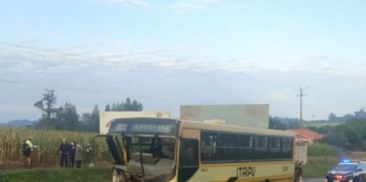 Ônibus da linha Foz/Santa Terezinha fica destruído ao atingir carreta