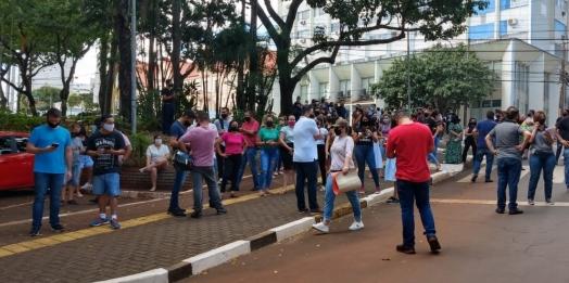 Pequenos empresários protestam contra fechamento de comércio