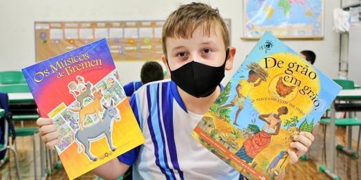 Secretaria de Educação distribui mais de 9.400 mil livros aos alunos matriculados na rede municipal de Itaipulândia