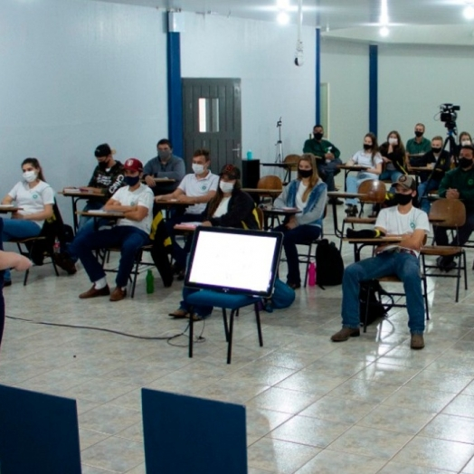 Alunos do Colégio Agrícola de Foz realizam curso de extensão com professoras do curso de Agronomia da UNIGUAÇU