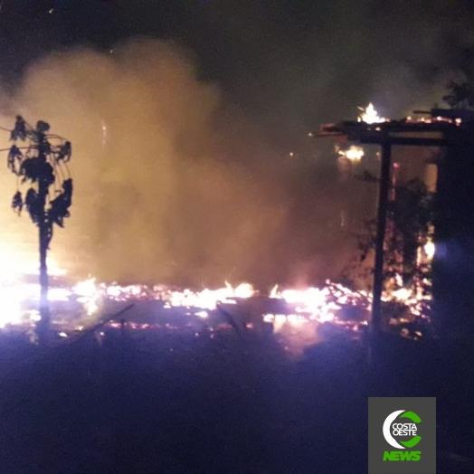Casa é destruída em incêndio no distrito de Moreninha, em Santa Helena; moradora se mudou no dia anterior