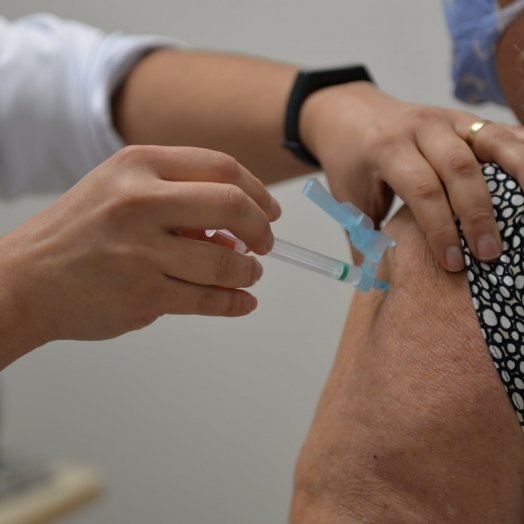 Chegada de novas doses da vacina contra a Covid-19 em Santa Terezinha de Itaipu atende idosos na faixa etária dos 62 a 61 anos