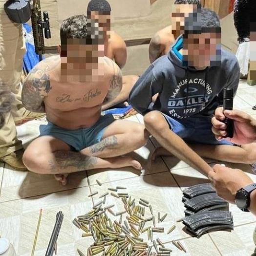 Cinco brasileiros procurados internacionalmente são presos com fuzis no Paraguai