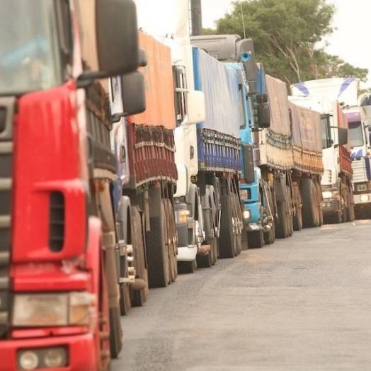 Em greve, caminhoneiros paraguaios prometem fechar a fronteira