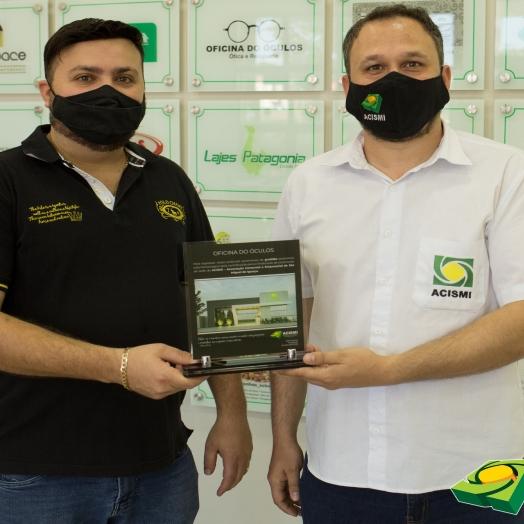 Empresas recebem plaquinhas da Acismi pela participação no projeto tijolinho