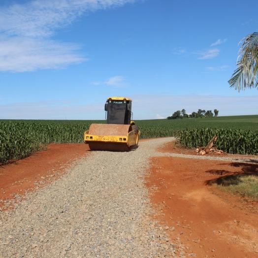 Estradas Rurais da Linha Cristo Rei recebem cascalhamento