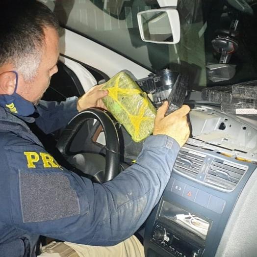 PRF apreende cocaína e crack escondidos em compartimento oculto em painel de veículo