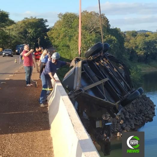 Reboque que caiu de ponte no Rio São Francisco Falso em Santa Helena é retirado com auxílio de guincho