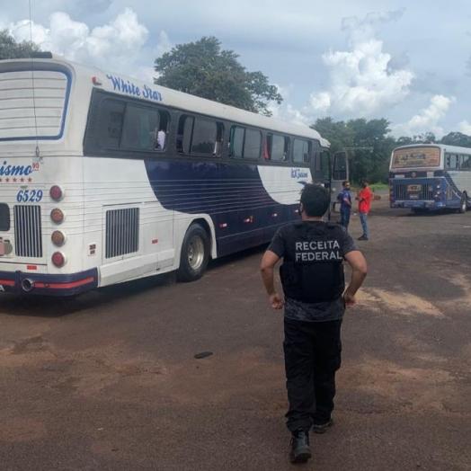Receita Federal e BPFron retém quatro ônibus de turismo na BR-277