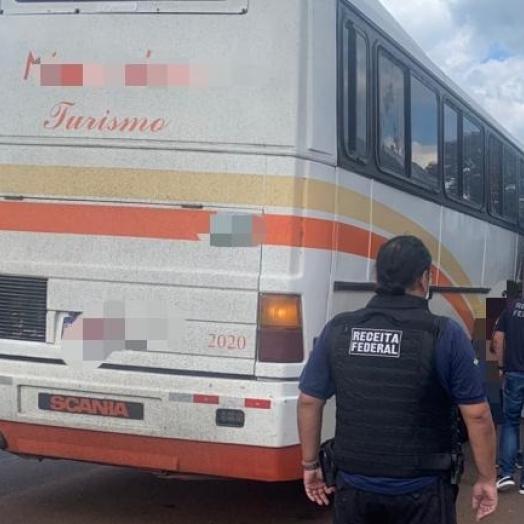 Receita Federal retém um ônibus de turismo em Céu Azul