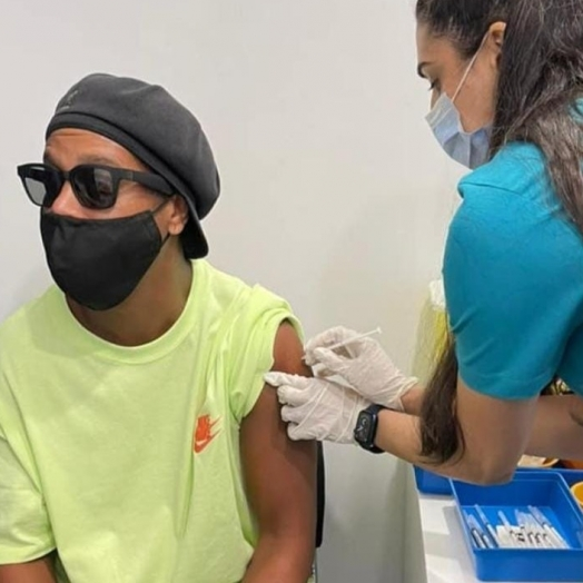 Ronaldinho Gaúcho é vacinado contra a Covid-19 em Dubai