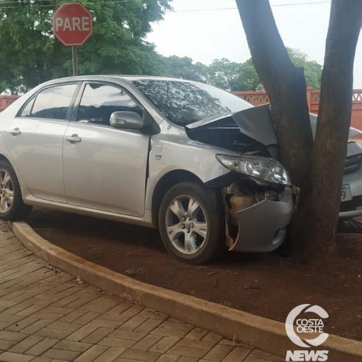 Veículo colide contra árvore após condutor perder o controle próximo à Capela Mortuária em Santa Helena