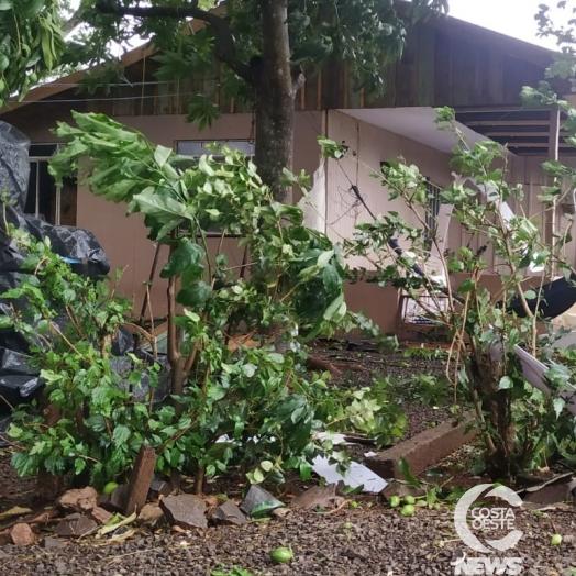 Vendaval arranca cobertura de casa e dois barracões em Santa Helena e deixa família apavorada